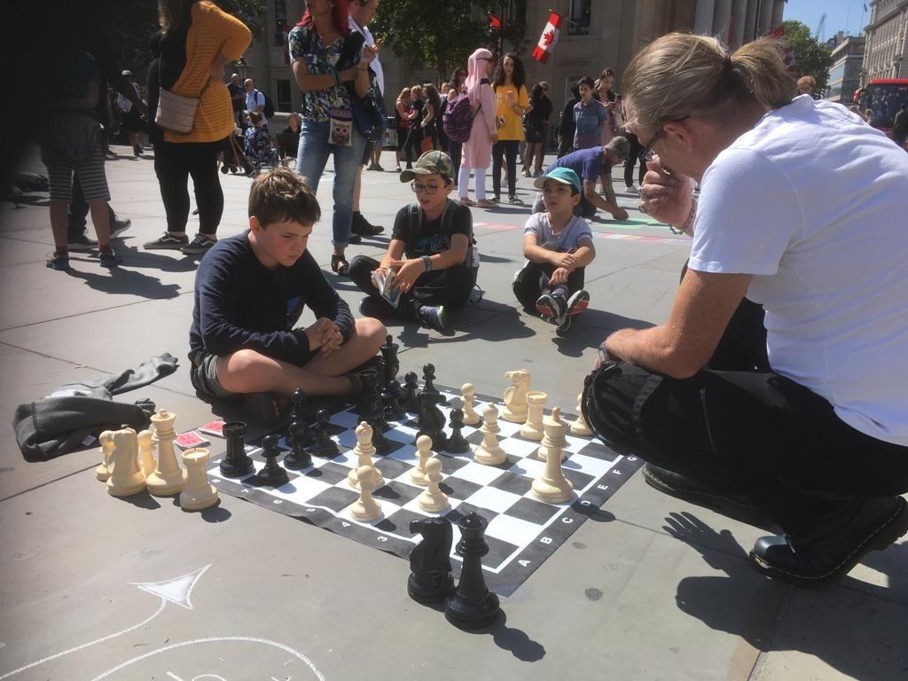 Daan speelt op Trafalgar Square, Londen