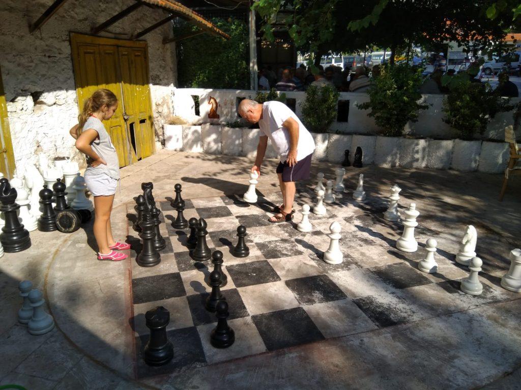 Eden is opa aan het verslaan in Üzümlü / Fethiye, Turkije