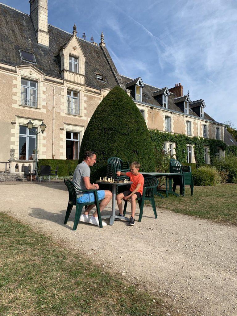 Thijs doet een potje schaak in de Loire, Frankrijk!